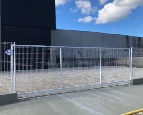 Muro de Gradil Branco com Portão